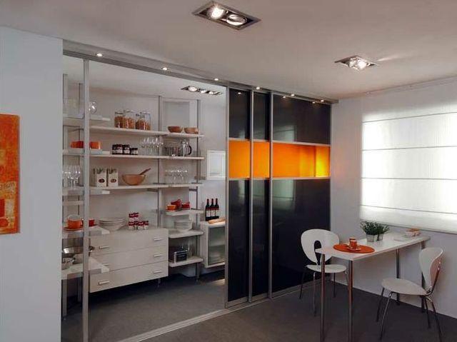 Дизайн кухни с купе дверью